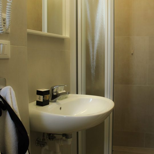 https://www.hotelvenezuela.it/wp-content/uploads/2020/04/Camera_XL_Privacy_bagno-540x540.jpg