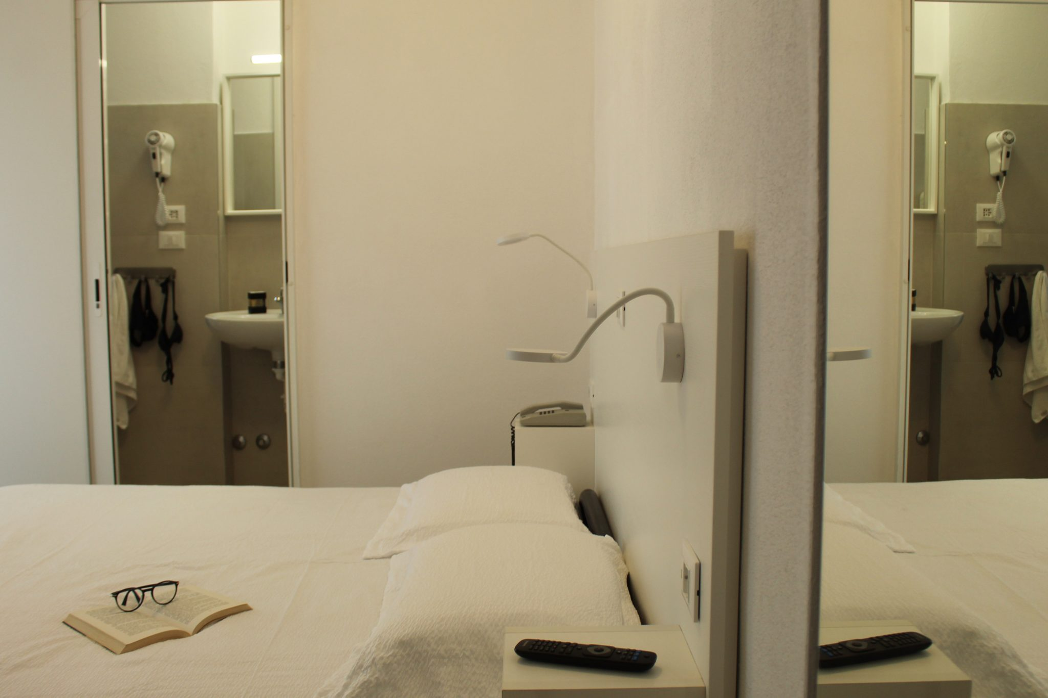 https://www.hotelvenezuela.it/wp-content/uploads/2020/04/Camera_XL_Privacy_letto_matrimoniale_bagno_in_camera.jpg