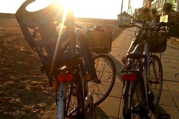 https://www.hotelvenezuela.it/wp-content/uploads/2021/04/Biciclette-hotel-venezuela-al-tramonto-sul-mare-di-Jesolo.jpg