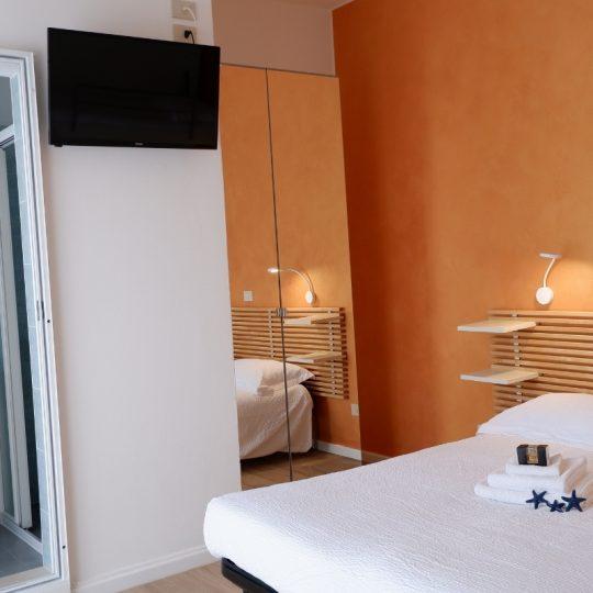 https://www.hotelvenezuela.it/wp-content/uploads/2021/04/Camera-doppia-con-letto-matrimoniale-piu-letto-a-castello-per-bambini-Hotel-Venezuela-Jesolo-540x540.jpg