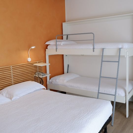 https://www.hotelvenezuela.it/wp-content/uploads/2021/04/Camera-familiare-Standard-con-letto-matrimoniale-e-letto-a-castello-Hotel-Venezuela-Jesolo-540x540.jpg