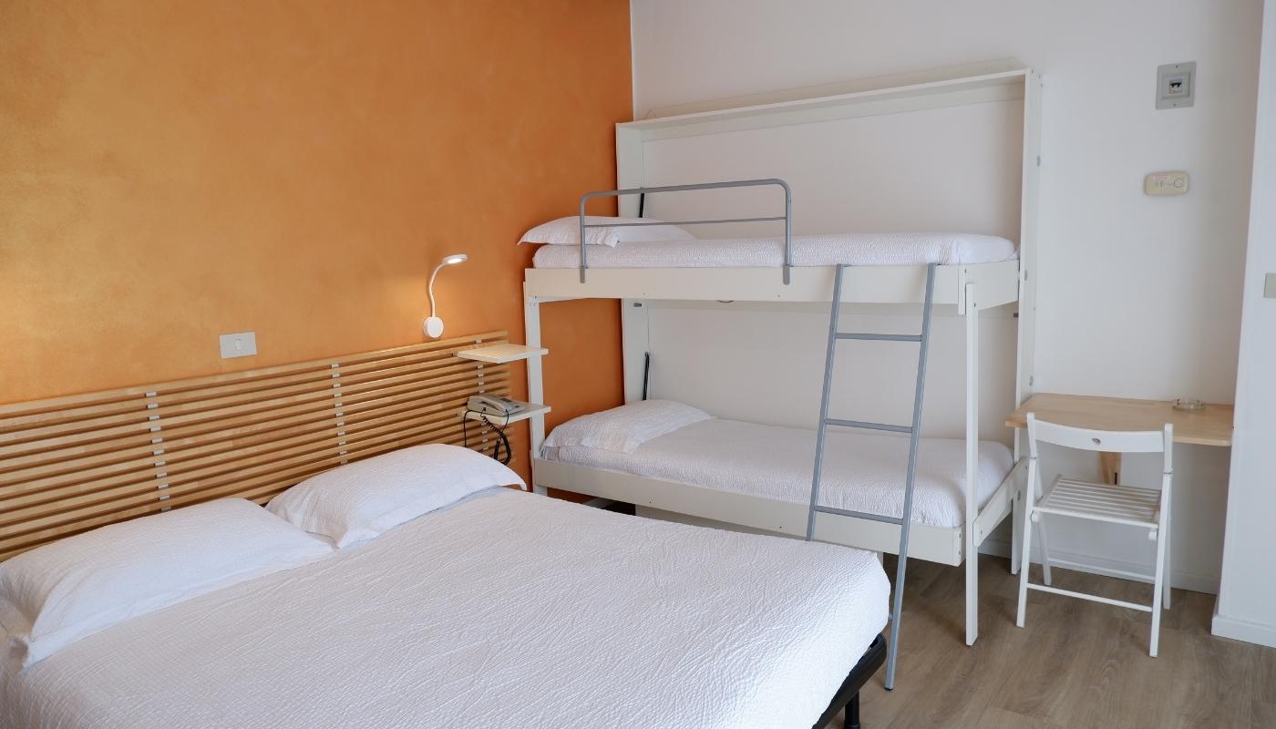 https://www.hotelvenezuela.it/wp-content/uploads/2021/04/Camera-familiare-Standard-con-letto-matrimoniale-e-letto-a-castello-Hotel-Venezuela-Jesolo.jpg