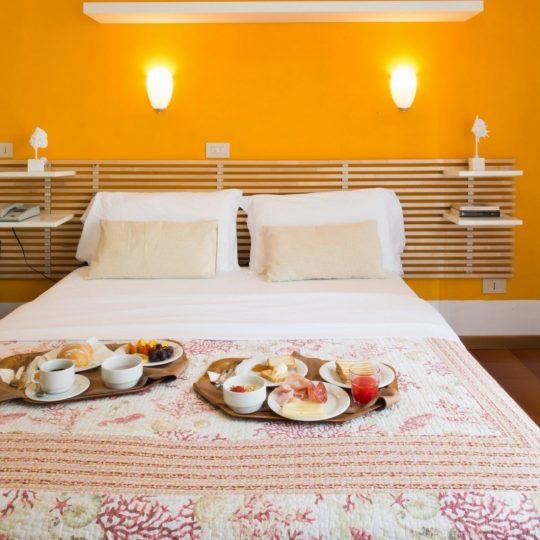 https://www.hotelvenezuela.it/wp-content/uploads/2021/04/Camera-matrimoniale-con-colazione-a-letto-Hotel-Venezuela-Jesolo-540x540.jpg