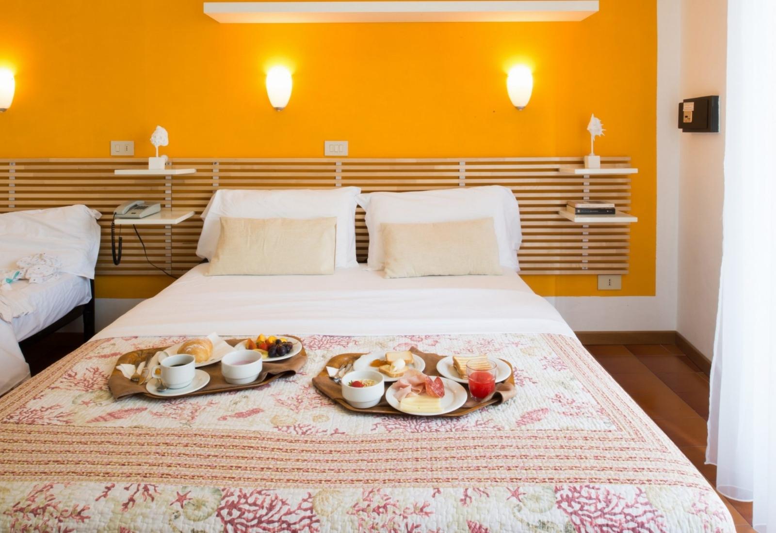 https://www.hotelvenezuela.it/wp-content/uploads/2021/04/Camera-matrimoniale-con-colazione-a-letto-Hotel-Venezuela-Jesolo.jpg