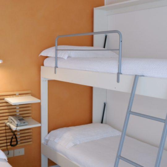https://www.hotelvenezuela.it/wp-content/uploads/2021/04/Camera-per-famiglie-Standard-con-letto-matrimoniale-e-letto-a-castello-Hotel-Venezuela-Jesolo-540x540.jpg