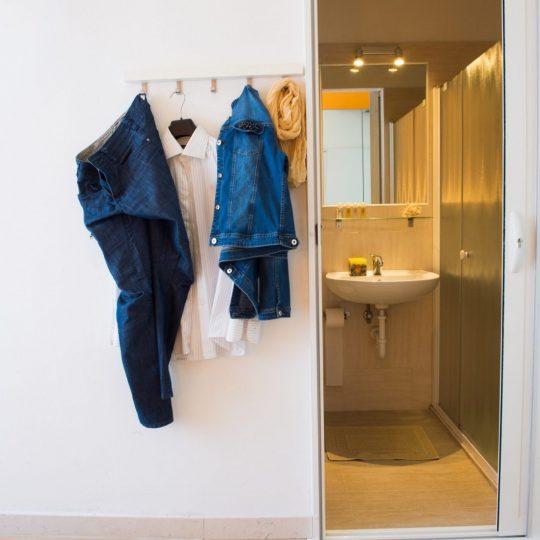 https://www.hotelvenezuela.it/wp-content/uploads/2021/04/Prospettiva-bagno-camera-doppia-Hotel-Veneuela-Jesolo-540x540.jpg