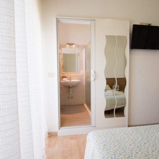 https://www.hotelvenezuela.it/wp-content/uploads/2021/04/Visione-generale-camera-matrimoniale-Hotel-Veneuela-Jesolo-540x540.jpg